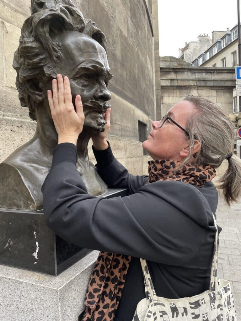 Jona håller i Strindbergs byst